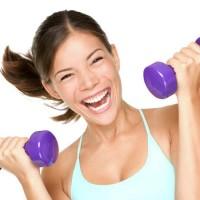 Efektivní cvičení s lehkými činkami splní váš sen o hezkých pažích