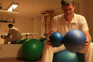 Jak zdravě sedět? Využívejte různé pomůcky – velké míče i malé balónky.