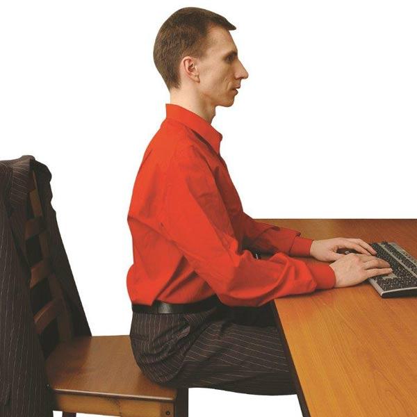 Jak správně sedět v kanceláři s pomocí malého míče?