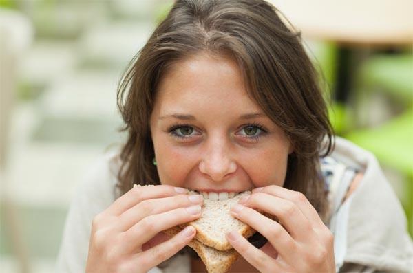 Opravdu vám pomůže jídelníček bez chleba zhubnout? MUDr. Středa radí, jak si snadno připravit chutné pečivo bez klasické mouky.