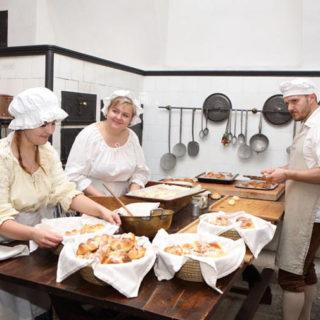 Po hradech a zámcích nejen za kuchyněmi