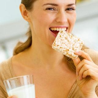Knäckebroty, krekry, pufované chlebíčky či bílkovinný chléb – alternativy pečiva z odborného pohledu
