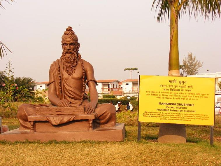 Socha indického lékaře Sušrúty v indickém Haridwaru