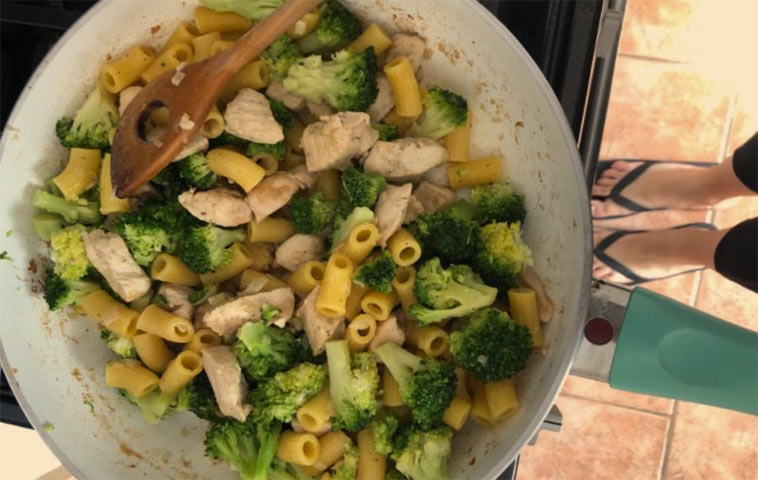 Zapečené těstoviny s kuřecím masem, brokolicí, ricottou a parmazánem