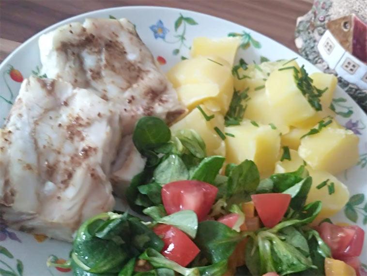 Rybí filé v horkovzdušné fritéze, brambory a salát s citrónovou šťávou a lžičkou olivového oleje